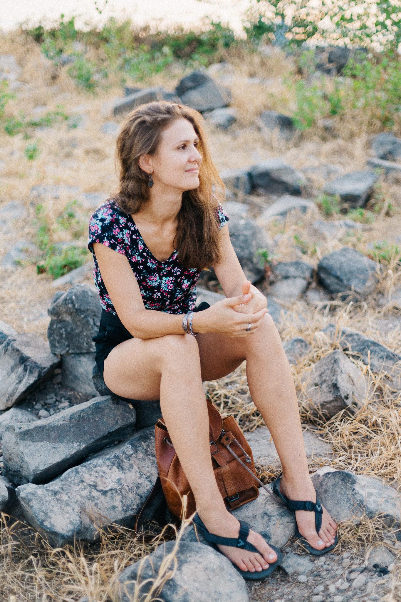 Bodydecoded - Юлия Сианто сидит на камнях