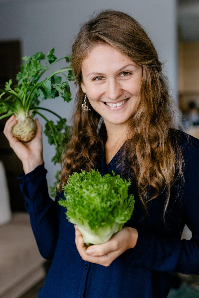 Bodydecoded - Юлия Сианто держит овощи